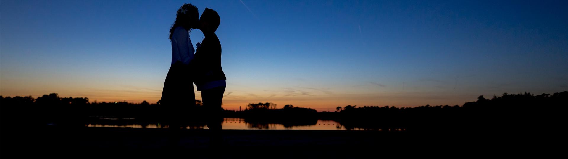 Trouwfoto Gemert bij zonsondergang